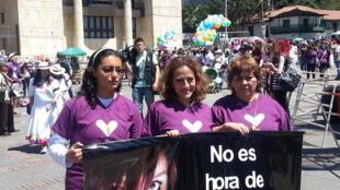 La periodista Jineth Bedoya (centro) en la Plaza Bolivar de Bogotá animando la campaña 'No es hora de callar'.