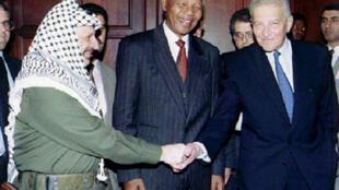 Nelson Mandela, le leader palestinien Yasser Arafat et le président israélien Ezer Weizman en mai 1994.