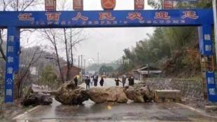 這是江西臨時築起的堵塞湖北車輛通行的路障