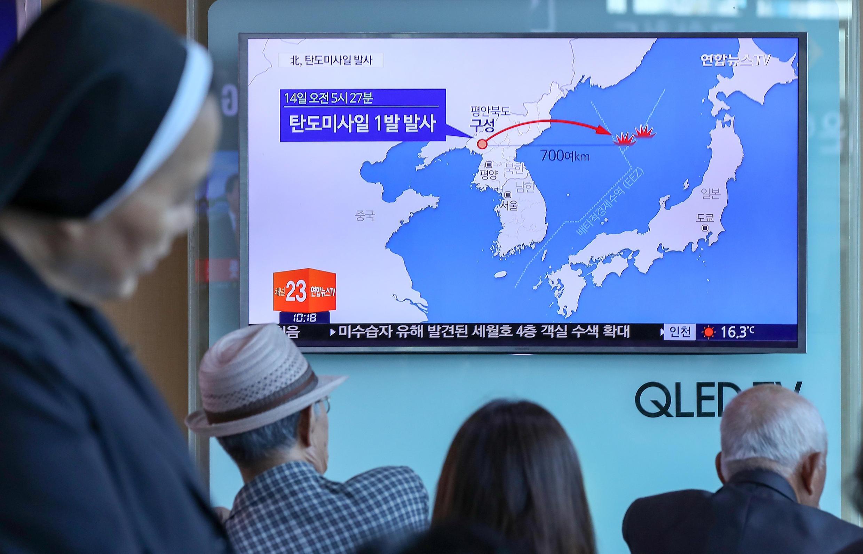 Жители Южной Кореи следят за новостями о пуске КНДР баллистической ракеты. Сеул, 14 мая 2017.