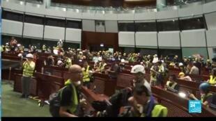 示威者围住香港立法会大楼