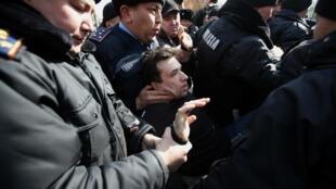 В Атматы полиция задержала свыше сотни людей, пришедших на митинг.