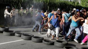 Polícia usa gás pimenta contra manifestantes que protestam contra escassez de comida na Venezuela.