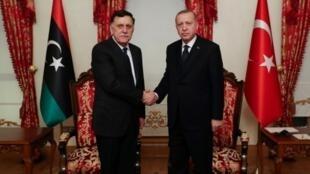 Recep Tayyip Erdogan (direita) e Fayez al-Sarraj, 20 02 2020