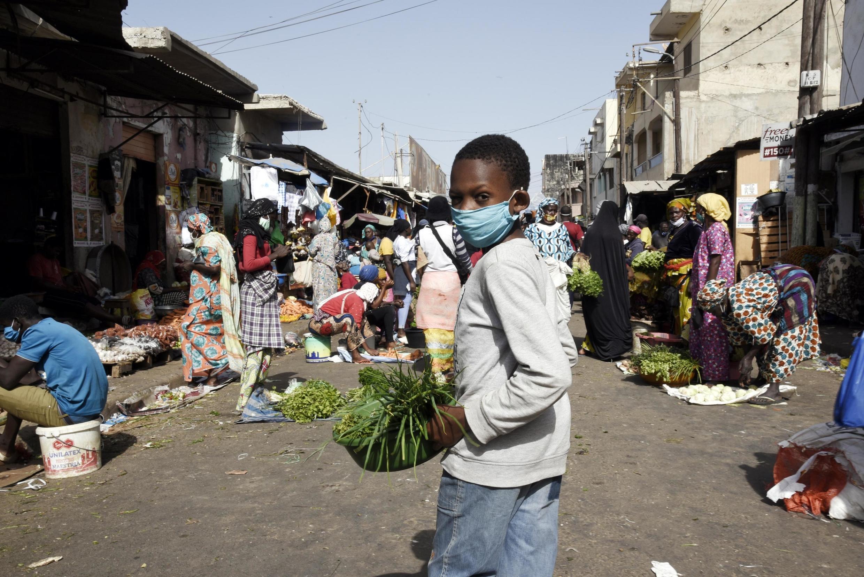Dakar, le 20 avril 2020. Le port du masque est obligatoire dans les espaces publics au Sénégal depuis le 19 avril 2020.