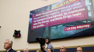 John Stumpf, le directeur de la banque californienne,  Wells Fargo (à gauche) devant le comité des Finances du Congrès américain à Washington, le 29 septembre 2016.