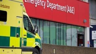 Decadência do sistema de saúde britânico com hospitais lotados, pacientes atendidos nos corredores e a ameaça de que o serviço, que é totalmente gratuito, passe a ser cobrado colocam ainda mais pressão sobre o governo.