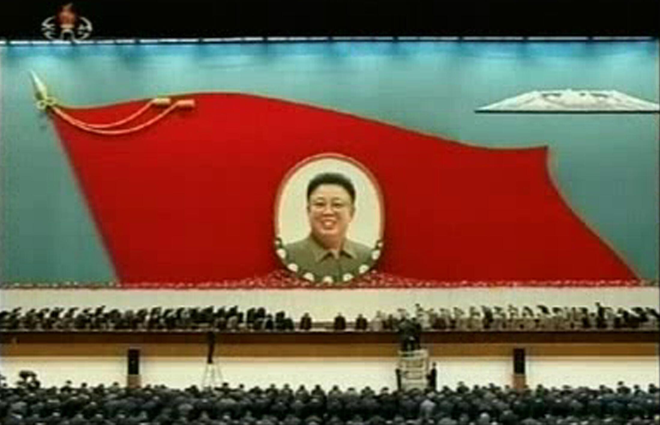 Phút mặc niệm trước chân dung cố lãnh tụ Kim Jong Il tại Bình Nhưỡng ngày 16/12/2012.