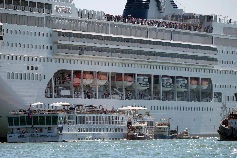 El 'MSC Opera' perdió el control y chocó contra el muelle y el barco 'River Countness', este 2 de junio de 2019 en Venecia, Italia.