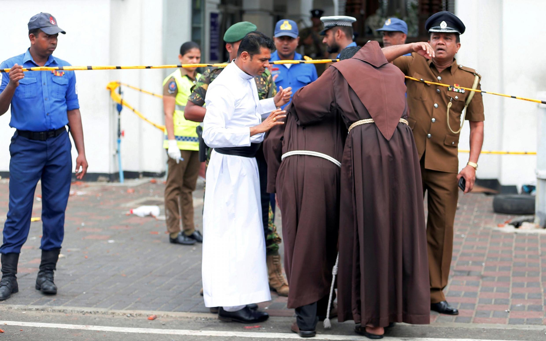 Священники входят в церковь св. Антония после взрыва. Шри-Ланка, 21 апреля 2019 г.