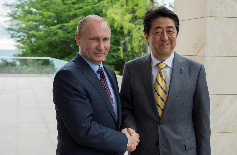 Tổng thống Nga  Vladimir Putin (T) và thủ tướng Nhật Shinzo Abe trong cuộc gặp tại Sochi, Nga, ngày  6/05/2016.