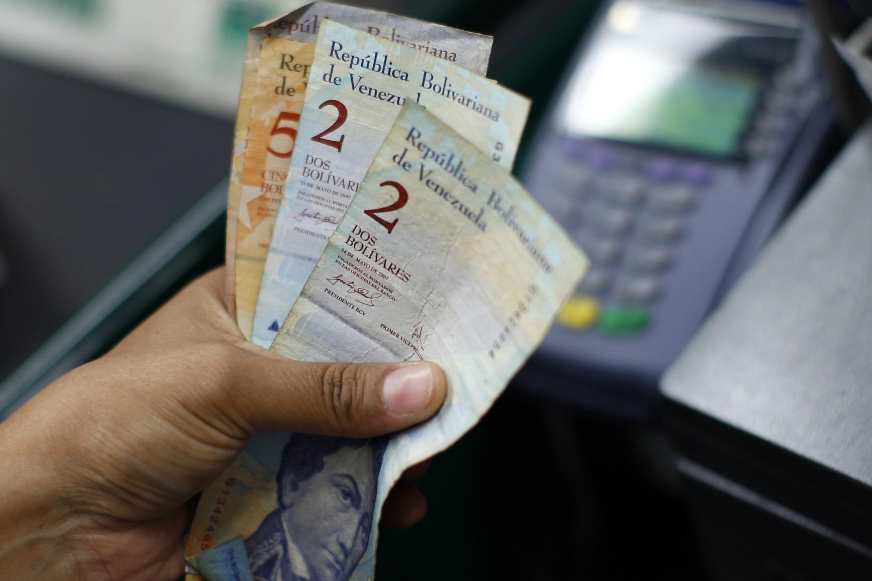 El bolívar la moneda Venezolana, ya ha sufrido cinco ajustes en 10 años de férreo control cambiario del gobierno chavista.