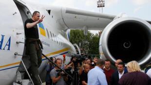 Đạo diễn Oleg Sentsov, lúc xuống máy bay tại phi trường quốc tế Borispil, Kiev, sau vu trao đổi tù nhân Nga - Ukraina. Ảnh ngày 07/09/2019.