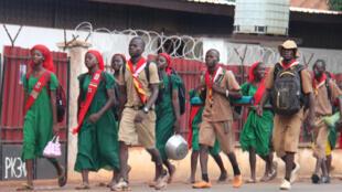 Des jeunes scouts centrafricains défilent dans les rues de Bangui, le 23 septembre 2018.