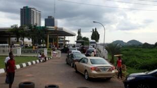 Dans une station d'essence, les Nigérians font le plein de carburant avant l'augmentation des prix, le 3 septembre 2020 à Abuja.