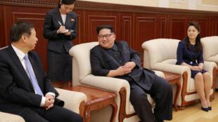 Lãnh tụ Bắc Triều Tiên Kim Jong Un (Phải) tiếp ông Tống Đào phụ trách đối ngoại đảng Cộng Sản Trung Quốc tại Bình Nhưỡng ngày 17/04/2018.