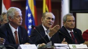 El ministro brasileño de Salud (centro) con sus homólogos uruguayo (izquierda) y argentino (derecha), Montevideo, 3 de febrero de 2016.