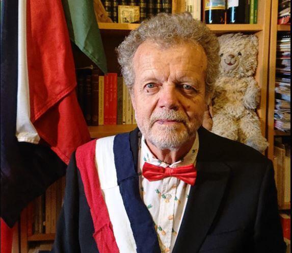 """Neste domingo (10), o ator, cantor e jornalista francês Frédéric Pagès se """"autoproclamou"""" presidente da França e """"reconheceu """"José de Abreu"""" como presidente do Brasil."""
