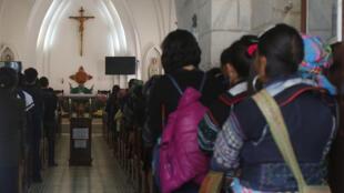 Giáo dân người Hmong dự thánh lễ tại một nhà thờ ở vùng cao Sapa, miền Bắc Việt Nam.