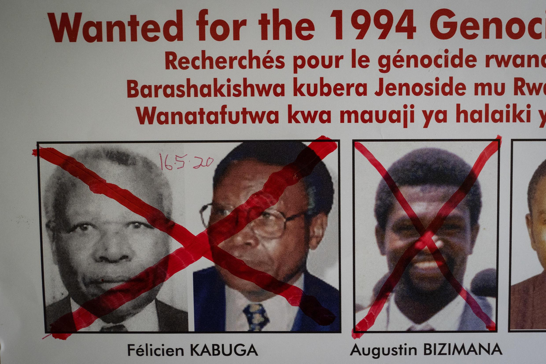 Un aviso de búsqueda en la sede de la Unidad de Seguimiento de los Fugitivos del Genocidio en Kigali, el 22 de mayo de 2020, después de la detención de Félicien Kabuga en Francia