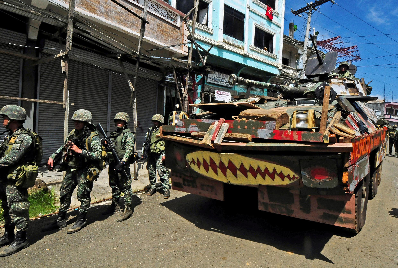 Lực lượng quân chính phủ Philippines truy tìm quân thánh chiến Maute, tại thành phố Marawi, miền nam Philippines, ngày 30/08/2017.
