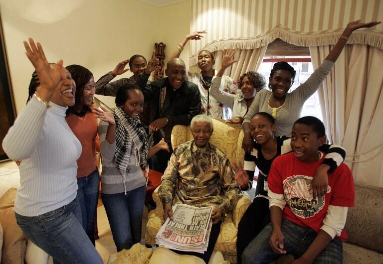 Nelson Mandela entouré de ses petits-enfants lors de son 90e anniversaire, le 18 juillet 2008.