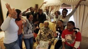 Nelson Mandela với các cháu nhân sinh nhật 90 tuổi, 18/07/2008.