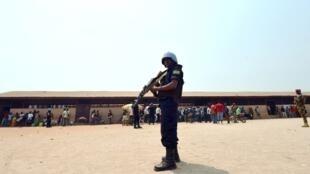 Un casque bleu patrouille à Bangui. La Minusca pilote le processus de DDR en RCA.