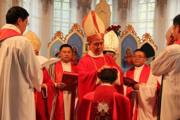 Lễ phong chức cho giám mục Nhạc Phúc Sinh ở Cáp Nhĩ Tân, Hắc Long Giang, Trung Quốc ngày 06/07/2012.