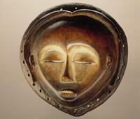 Masque facial anthropomorphe de l'ethnie kwese fait de bois, pigments et métal (RDC)
