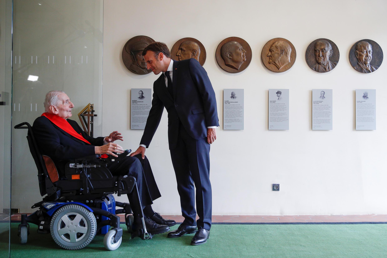 Во Дворце инвалидов президент Макрон встретился с 99-летним Юбером Жерменом, одним из четырех ныне живущих кавалеров ордена Освобождения.18 июня 2020.