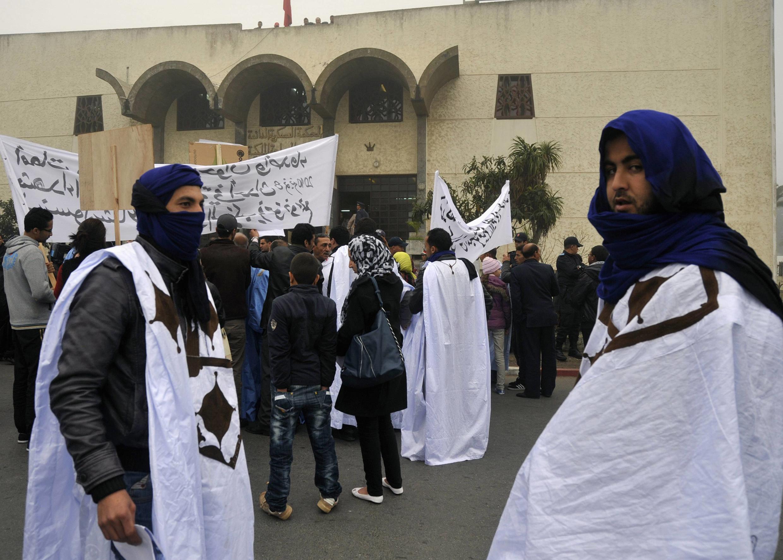 Des manifestants clament l'innocence des 24 Sahraouis devant le tribunal de Rabat au premier jour du procès.