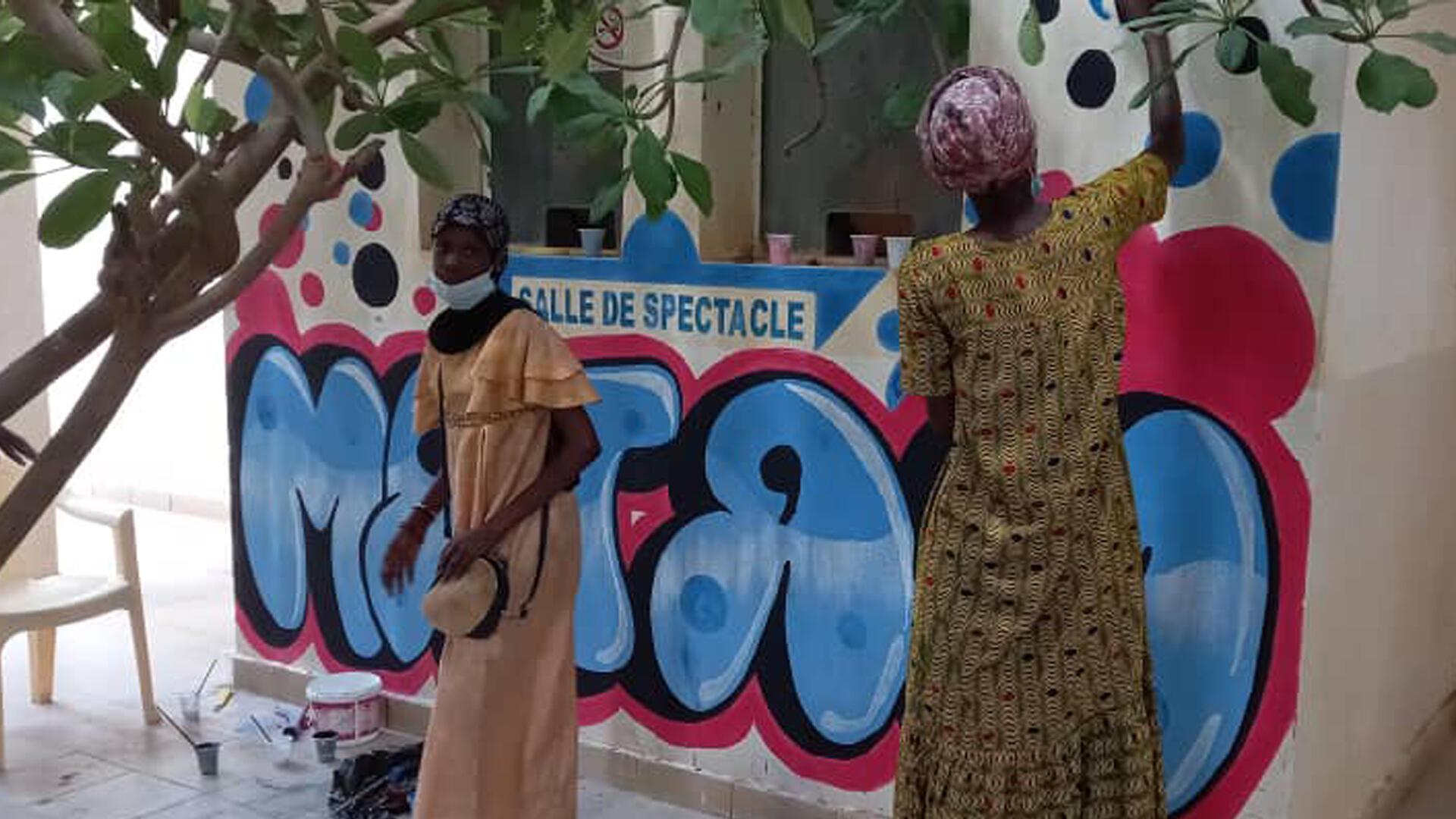 Ouleye Aidara dessine une fresque au Centre culturel régional de Matam.