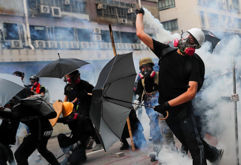 Акции протеста в Гонконге регулярно заканчиваются столкновениями протестующих с полицией
