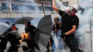 Manifestantes atacam polícias que reclamam mais meios para violência em Hong Kong