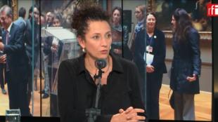 """Angela Pérez, subgerente cultural del banco de la República de Colombia presenta """"La Lechuga"""", una joya de orfebrería."""