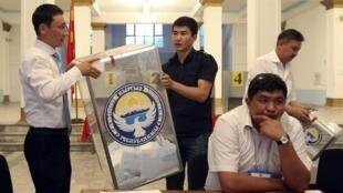Kiểm phiếu tại một đơn vị bầu cử ở Bishkek, ngày 27/06/2010