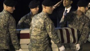 Le président américain Barack Obama salue le cercueil du soldat Dale R. Griffin, sur la base américaine de Dover. Griffin est l'un des 18 soldats tués mardi 27 octobre en Afghanistan.