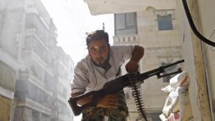 Combatentes da oposição do regime de Bashar al-Assad na cidade de Aleppo.