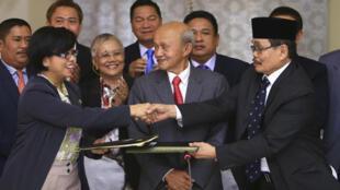 Đậi diện chính phủ, nhà đàm phán Miriam Coronel Ferer (trái ) và  đại diện mặt trận MILF Mohagher Iqbal sau lễ ký thỏa thuận hòa bình ngày 25/1/2014 tại Kuala Lampur.