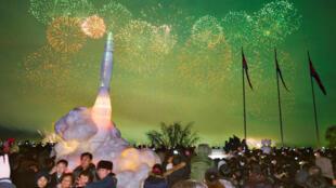 Visitantes se toman una foto frente a una escultura de hielo de un misil balístico intercontinental en Pyongyang durante los festejos del Año Nuevo, Corea del Norte, el 1 de enero de 2018.