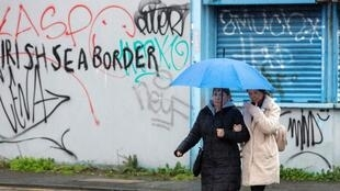 Un graffiti dans un quartier loyaliste de Belfast: «Pas de frontière en mer d'Irlande».