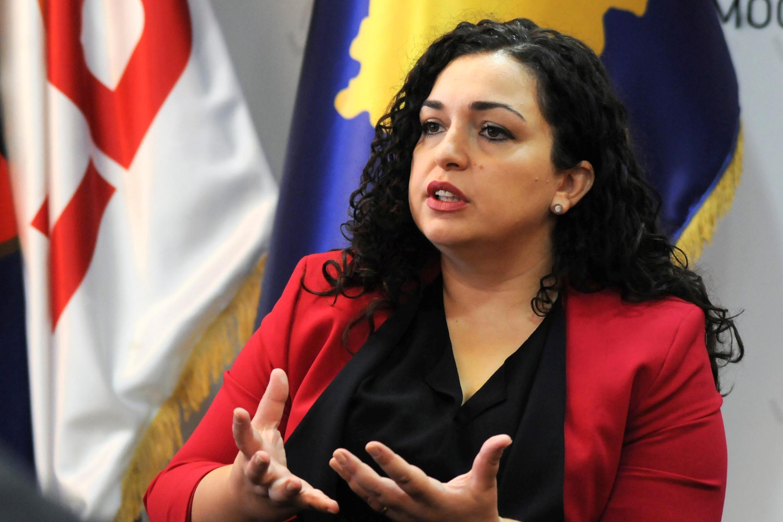 La candidate aux élections législatives Vjosa Osmani, lors d'une interview accordée aux médias, le 30 septembre 2019 à Pristina.