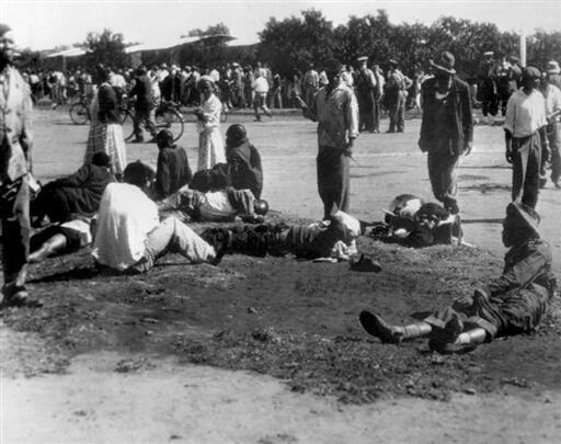 Des victimes dans une rue de Sharpeville, le 21 mars 1960 lors du massacre qui a fait au moins 69 morts et 180 blessés, pour la plupart des femmes et des enfants.
