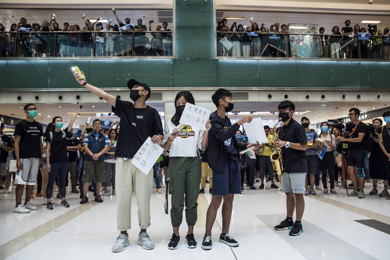 Des jeunes manifestants pro-démocratie lors d'un rassemblement anti-gouvernemental dans un centre commercial de Hong Kong, le 22 septembre 2019.