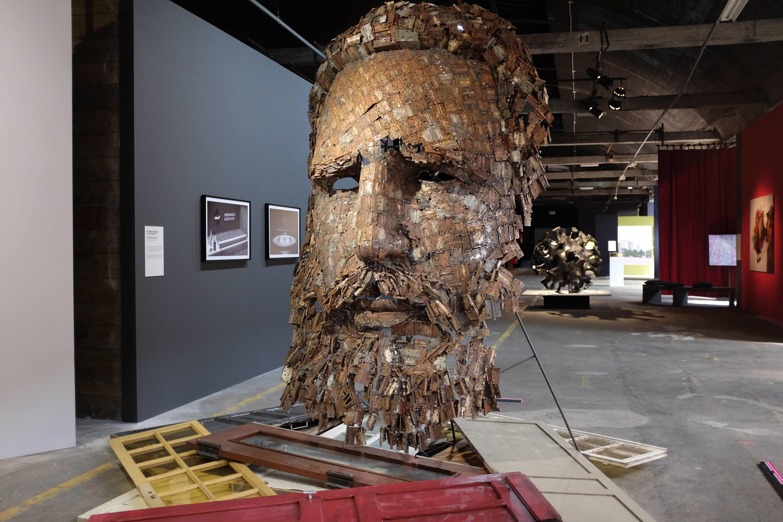 « Immanence », portrait de Fidel Castro, réalisé par Yoan Capote. Au fond, on aperçoit « Peloton » d'Adonis Flores.