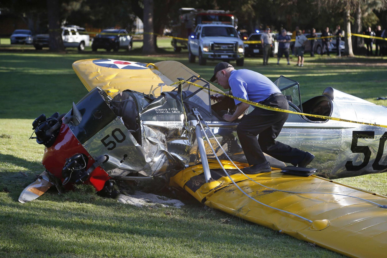 O avião de Harrison Ford ficou avariado depois de cair em um terreno de golfe perto de Los Angeles.
