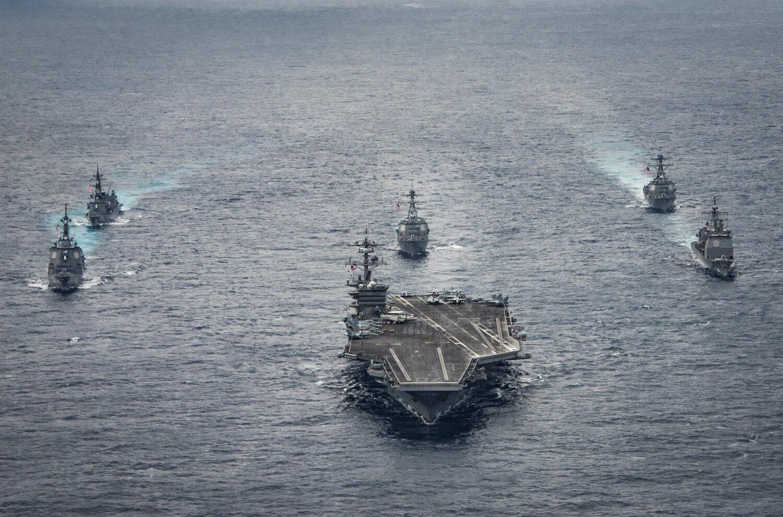 Hải quân Nhật Bản cùng với hàng không mẫu hạm Mỹ USS Carl Vinson đi ngang vùng biển Philippines ngày 28/4/2017.