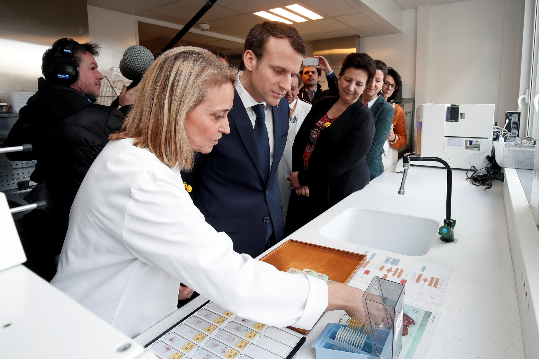 O presidente francês, Emmanuel Macron, conversa com pesquisadores durante uma visita sobre a inteligência artificial no Hospital Institut Curie em Paris, na França, em 29 de março de 2018.