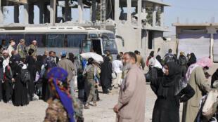 Des personnes quittent Raqqa, le 16 octobre 2017. L'accord d'évacuation ne concerne pas les combattants étrangers de l'organisation Etat islamique.